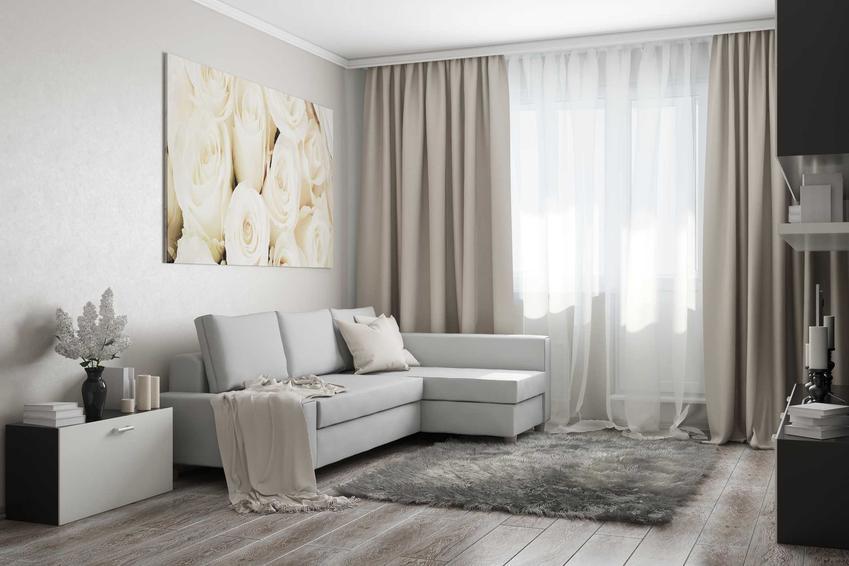 Szare, ciężkie i modne zasłony w białym, minimalistycznym salonie, a także najlepsze zasłony do salonu, rodzaje i ceny
