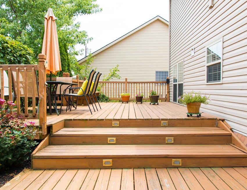 Schody drewniane to jedno z najlepszych rozwiązań na zewnątrz. Są naturalne, ładne i trwałe.