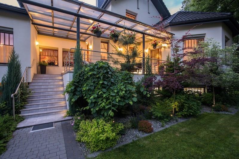 Schody zewnętrzne wykończone płytkami ceramicznymi przed domem, a także rodzaje wykończenia schodów zewnętrznych oraz porady