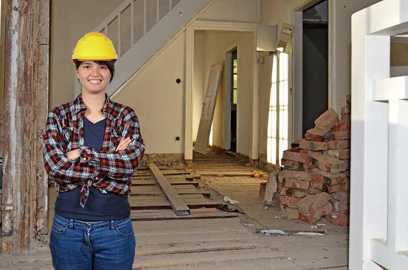 Kobieta remontująca samodzielnie mieszkanie, a także wzór kosztorysu remontu i dokładny kosztorys krok po kroku
