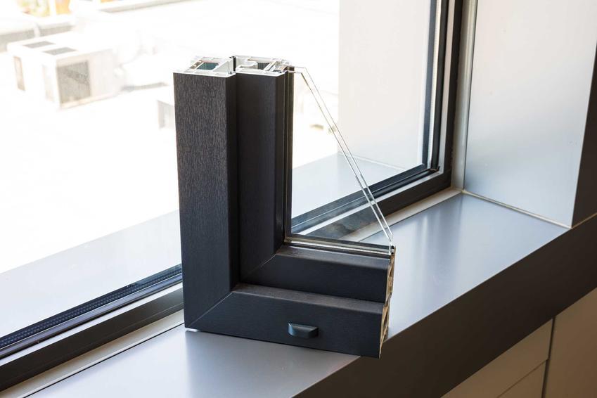 Okna aluminiowe są zrobione z trwałego i lekkiego aluminium. Wspaniale wyglądają przy nowoczesnych budynkach, zwłaszcza tych o prostej bryle.
