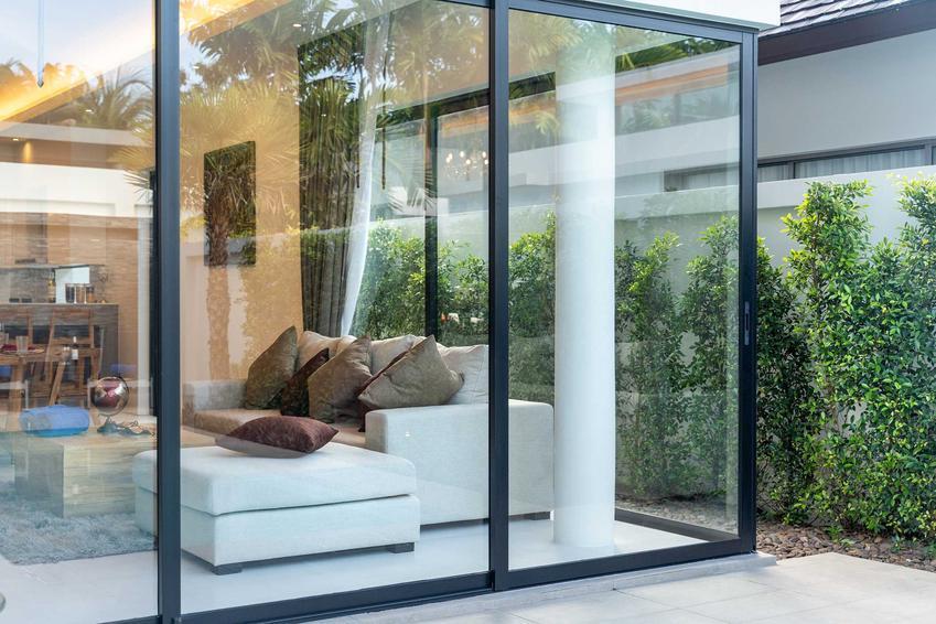 Szklane drzwi przesuwne jako wyjście na taras w domu jednorodzinnym, a także producenci, modele i najlepsze rozwiązania