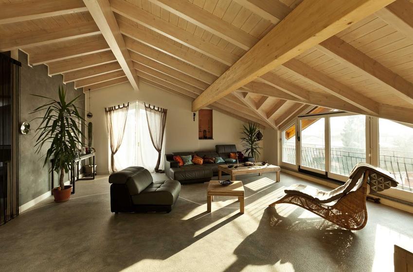 Lekki strop drewniany z belek stropowych dobrze wygląda w każdym pokoju, łączy się z wieloma stylami. Jest idealny do salonów i sypialni