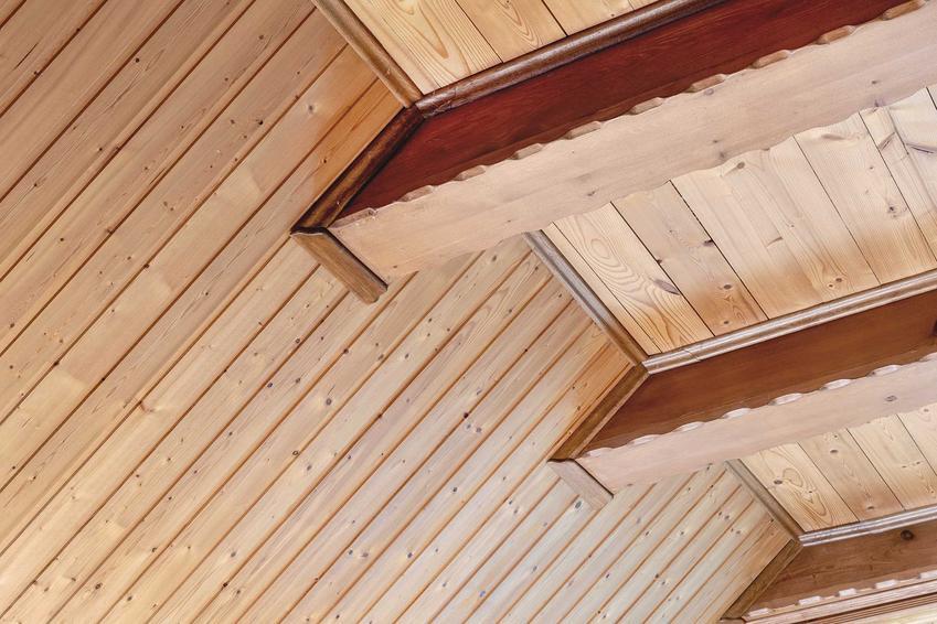 Lekki strop drewniany jest zrobiony z belek stropowych. Ładnie wygląda i każdemu pomieszczeniu nadaje uroku.