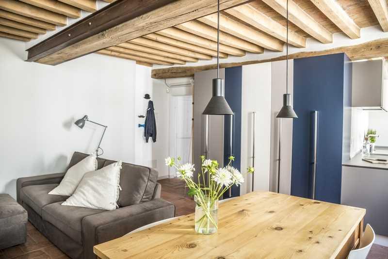 Strop drewniany z belek stropowych to lekka konstukcja. Cena stropu drewnianego może być różna, ale takie rozwiązanie ma szerokie zastosowanie.