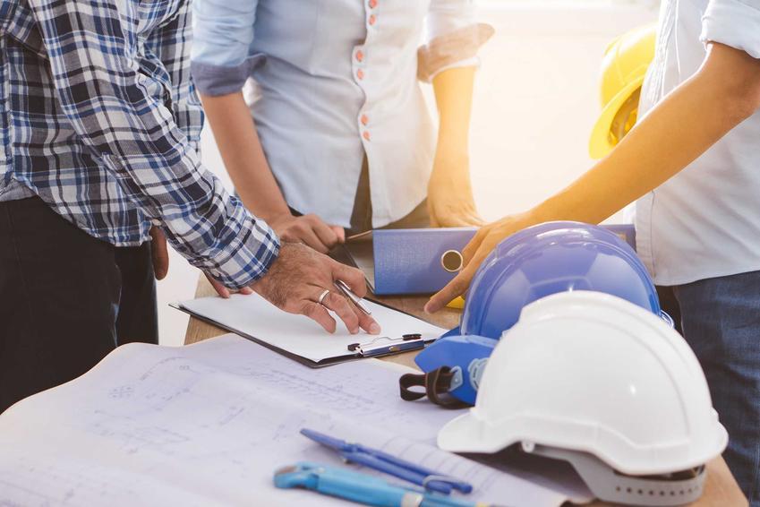 Ekipa budowlana podczas szukania przetargów budowlanych, a także podpowiedzi, gdzie szukać przetargów budowlanych