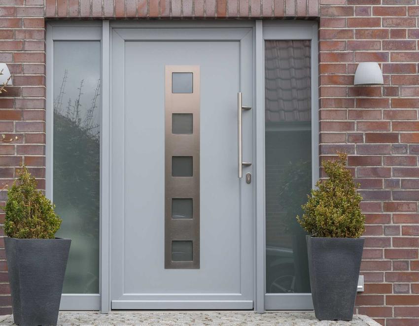 Drewniane drzwi wejściowe do domu jednorodzinnego, a także rodzaje drzwi wejściowych, producenci, ceny i montaż drzwi zewnętrznych