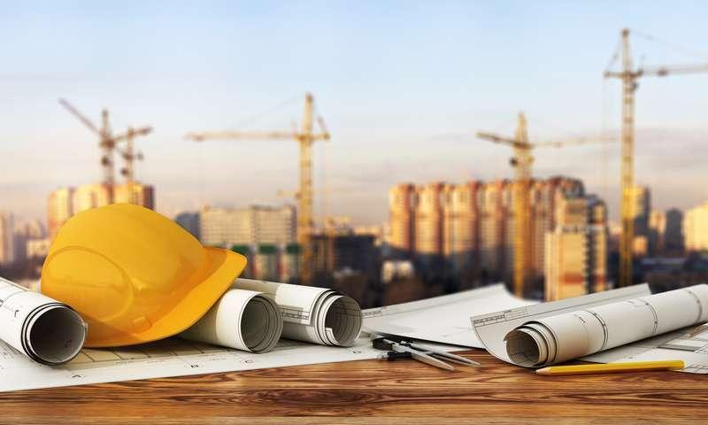 Zdjęcia z placu budowy z planami budowlanymi i kaskami, a także jak zdobyć zlecenia budowlane i pozyskać klientów