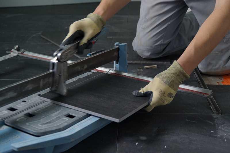 Kładzenie płytek na płytki krok po kroku, czyli czy można położyć płytki na posadzkę z płytek w łazience