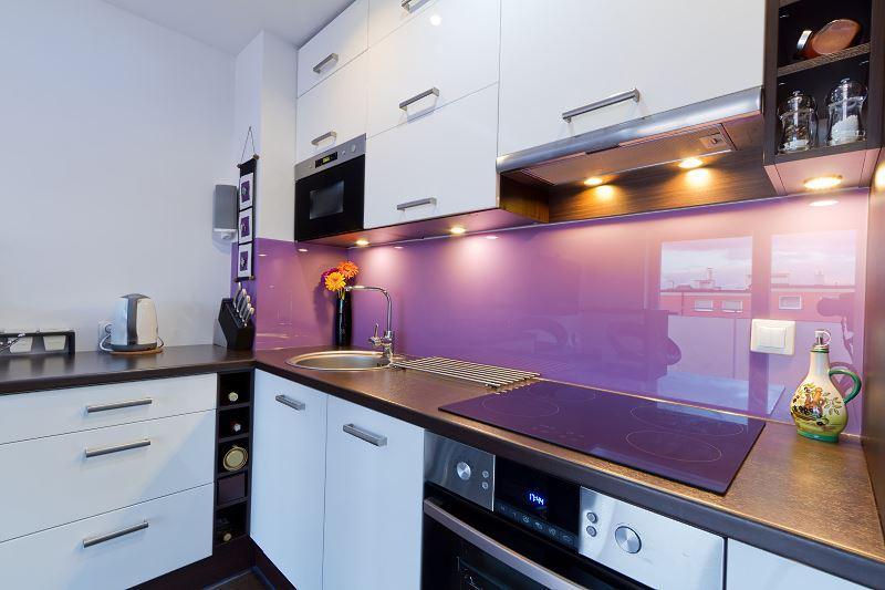 Panele szklane do kuchni to świetny sposób na zrobienie nowoczesnego wnętrza z charakterem. Panele dobrze się sprawdzają w kuchniach minimalistycznych.