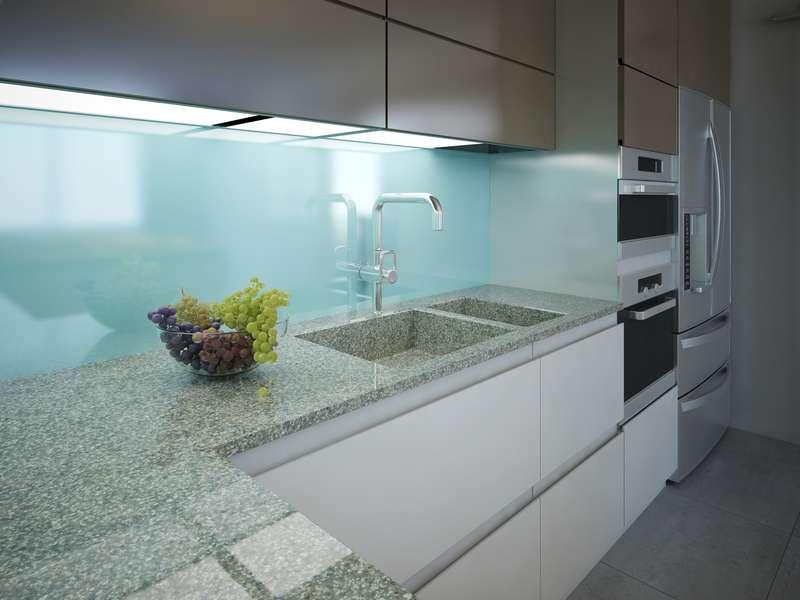 Panele szklane w kuchni, a także szkło dekoracyjne do kuchni, nowoczesne aranżacje, instalacja, wady, zalety, opinie i wykorzystanie