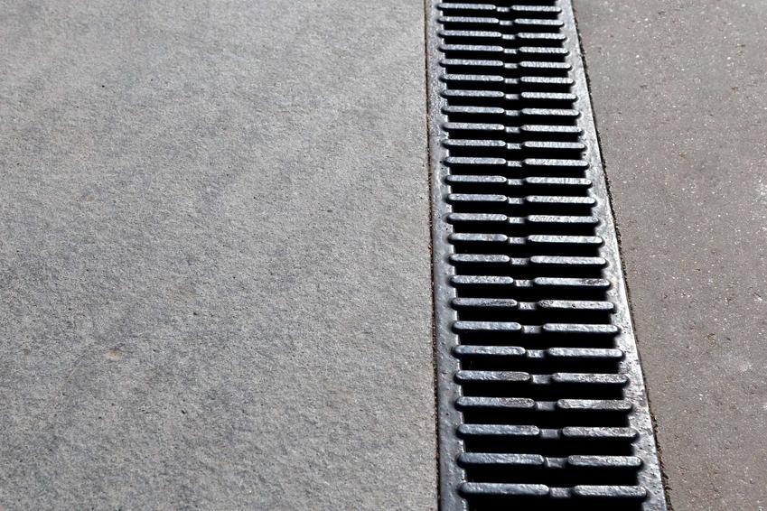 Kratka odwodnieniowa to element liniowego odwodnienia domu. Jest bardziej dyskretna niż inne rodzaje odwodnienia. Jej bieg jest zaznaczony już w projekcie budynku.