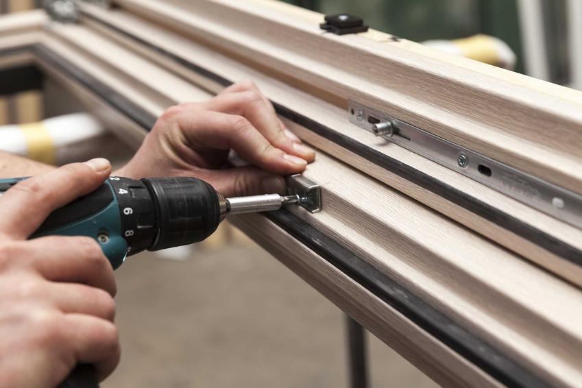 Samodzielna renowacja okien może objąć także montaż nowych zawiasów i uszczelek, dzięki czemu okna będą bardziej szczelne.