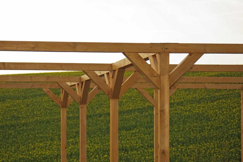 Budowa wiaty na drewno kończy się przymocowaniem blachy na dachu. Dzięki temu drewno będzie ochronione przed działaniem czynników zewnętrznych.