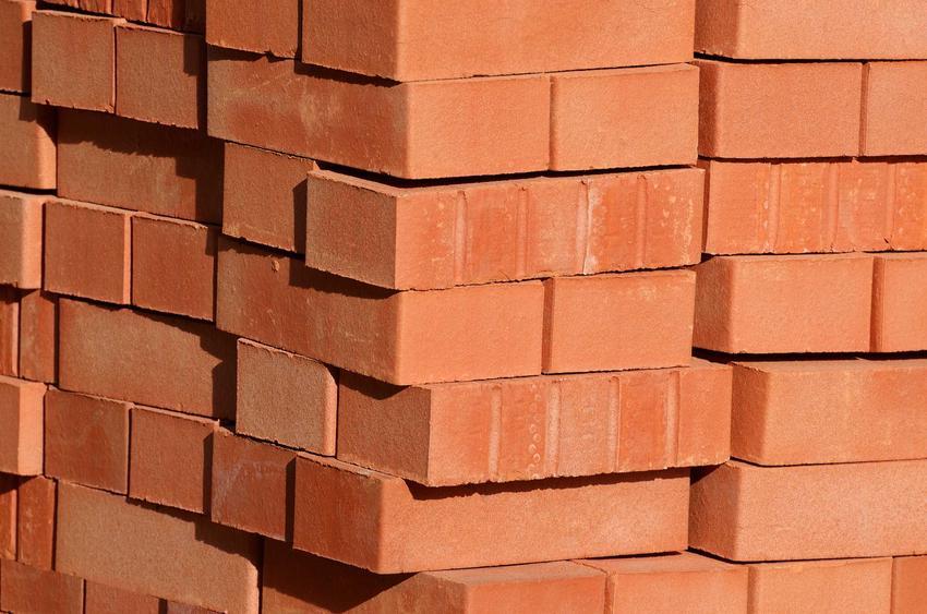 Rodzaje cegieł mają pusty środek, który wypełnia się zaprawą różnego rodzaju. Są idealne przy budowie domu.