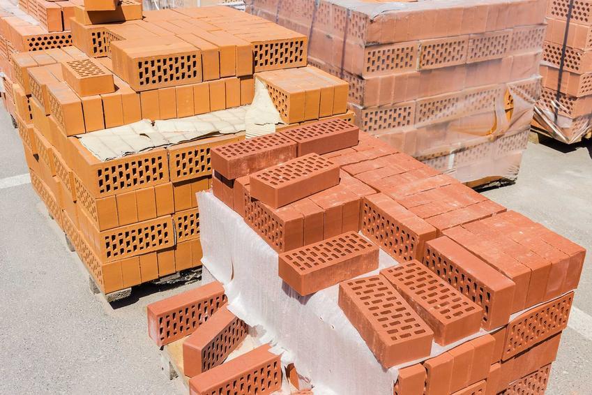 Cegły na budowie mogą być różnych rodzajów. Bardzo popularna jest pełna cegła klinkierowa, idealna do budowy różnych budowli ozdobnych