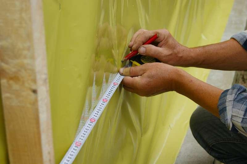 Folia paroizolacyjna zakładana na ścianę, a także zastosowanie, poradnik, cena za metr bieżący folii, rozwiązania, sposób użycia