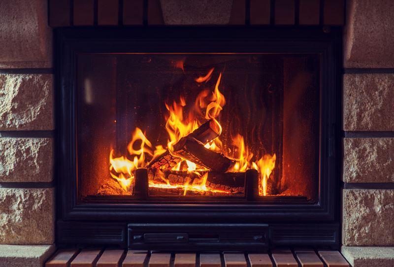 Ogrzewanie kominkiem z płaszczem wodnym to koszt wypalonego drewna, ale także eksploatacji, czyszczenia, konserwcji i samego montażu obudowy.