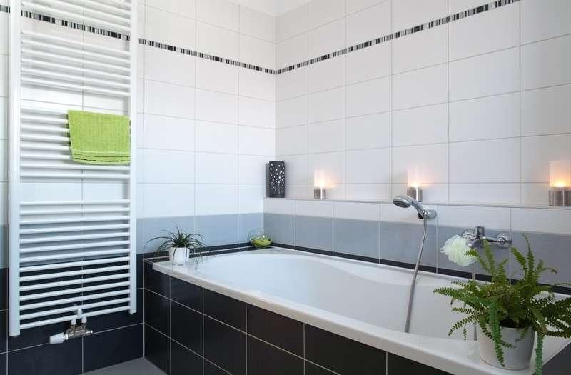 Wnętrze łazienki z grzejnikiem drabinkowym, a także najlepsze modele i producenci, wady i zalety oraz ceny grzejników drabinkowych