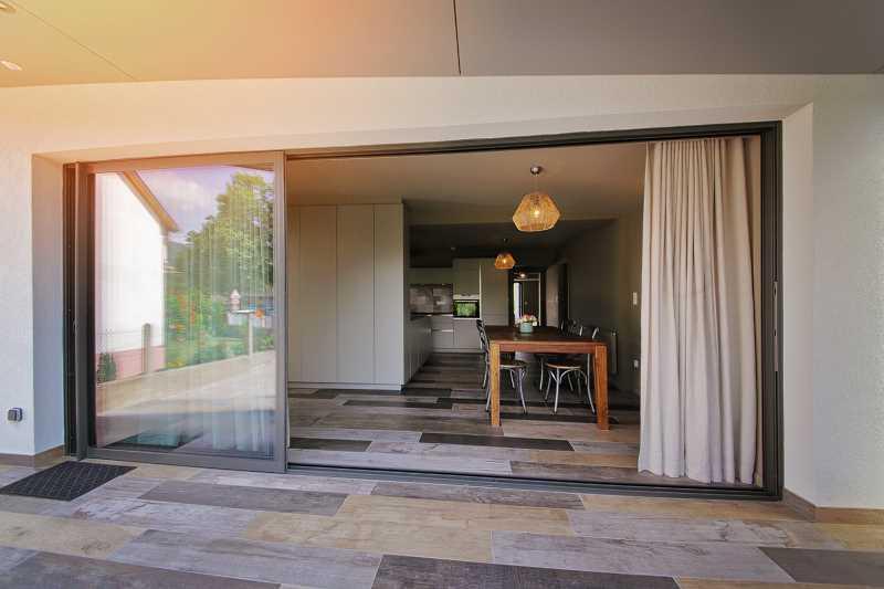 Okno tarasowe z dzwiami w salonie, a także ile kosztuja okna tarasowe z drzwiami, ceny, montaż, wielkość, wymiar