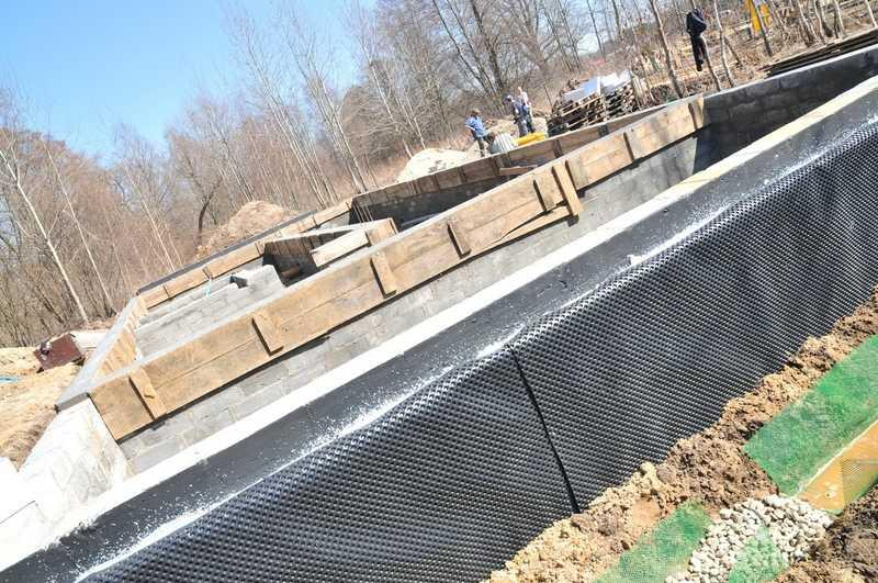 Izolacja fundamentów folią kubełkową przy budowie domu jednorodzinnego, a także wady, zalety i zastosowanie