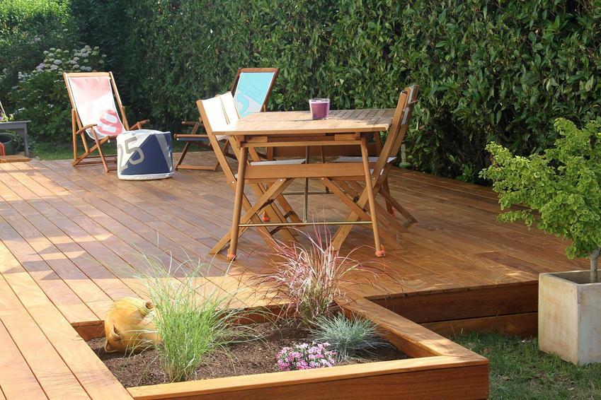 Taras drewniany, zrobiony z desek tarasowych, to bardzo naturalne i bardzo estetyczne rozwiązanie. Jest nietetsy dość drogie i może wymagać specjalnej pielęgnacji.