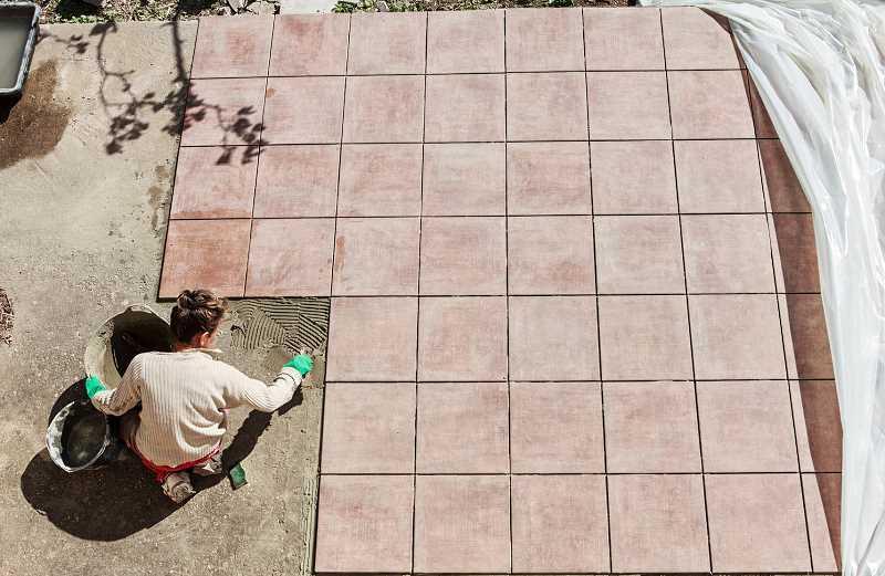 Płytki tarasowe betonowe na dużym tarasie, czyli jaki materiał najlepiej sprawdza się na taras, ceny, opinie, zastosowanie