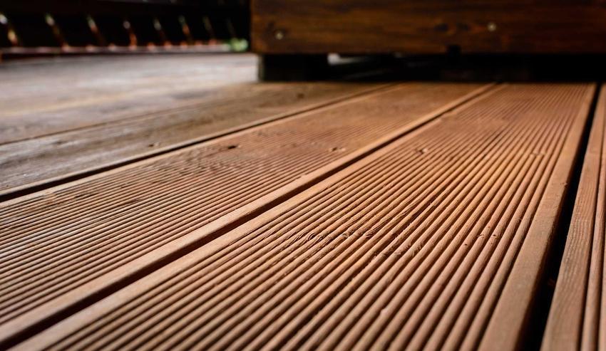 Drewno na tarasie to dość duża inwestycja. Dlatego także często kupuje się deski kompozytowe, które świetnie je imitują.