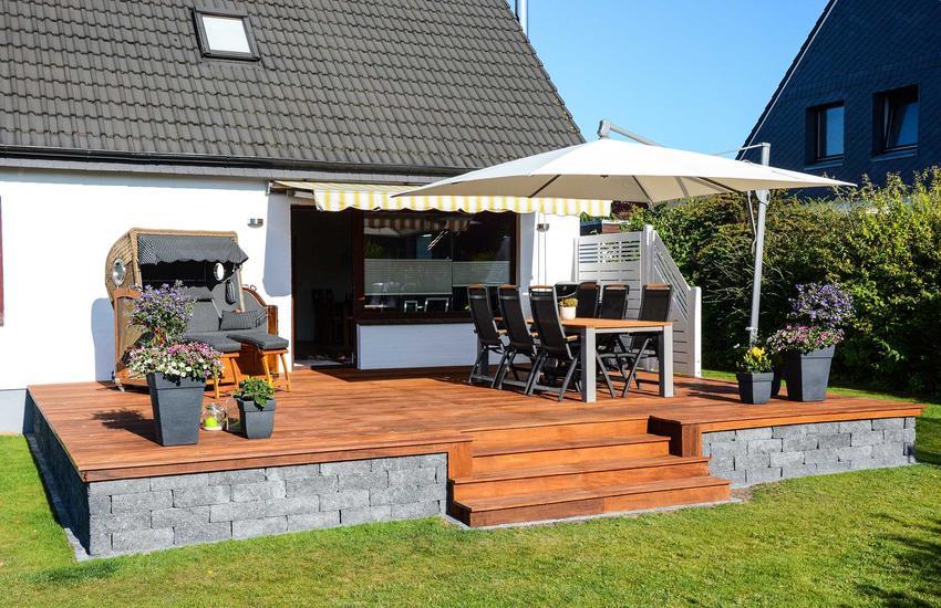 Drewniany taras to świetne miejsce dla codziennego relaksu i przyjmowania gości. Zakładając go należy pamiętać o odpowiedniej pielęgnacji.