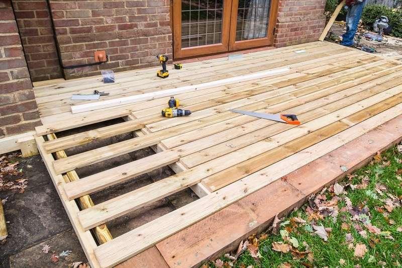 Koszt tarasu drewnianego może być bardzo zróżnicowany. O wiele tańsza jest deska kompozytowa.