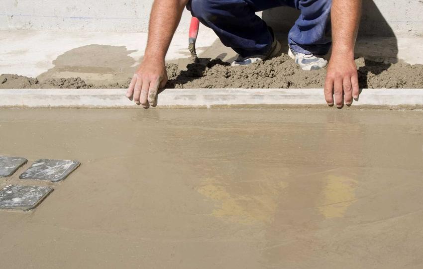 Taras z betonu potrzebuje jeszcze odpowiedniego wykończenia, zaaranżowania ewentualnych ścian, ustawienia mebli i roślinności
