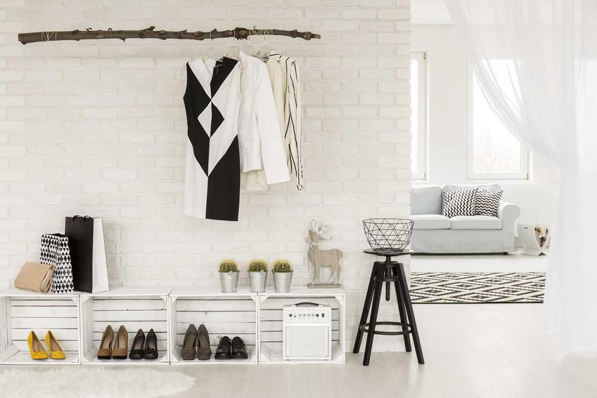 Tapety w przedpokoju to świetny sposób na wykończenie ścian. Można wybrać tapety, które będa imitować na przykład drewno lub panele, co bardzo ładnie się prezentuje.