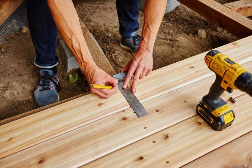 Budowa tarasu drewnianego może być wykonana samodzielnie. Nie jest to trudne, wyjaśniamy krok po kroku jak to zrobić. Wybór desek to podstawa.
