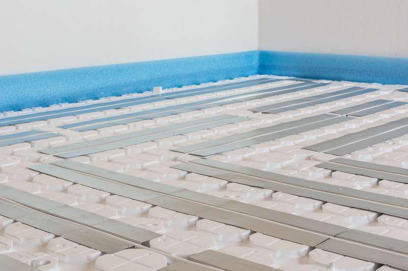 Ogrzewanie podlogowe może być połączone z izolacją termiczną. Styropian pod ogrzewanie podłogowe może być stosowane na kilka różnych sposobów.
