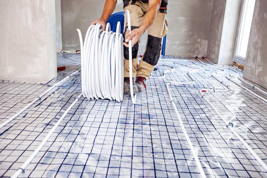 Ogrzewanie podłogowe składa się z pięciu kroków. Jednym z nich jest rozłożenie instalacji rozdzielczej i wszystkich koniecznych przewodów