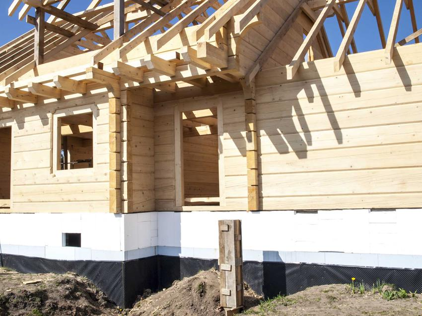Niezaizolowane płyty lub ławy fundamentowe to poważny błąd podczas ocieplania budynku. Izolacja ław fundamentowych powinna zostać wykonana poziomo.