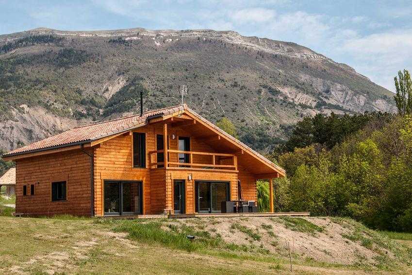Domy z bali są klimatyczne i ciepłe. Nieodzownie kojarzą się z górami, ale pasują też w inne miejsca. Projekty domów z bali mogą być bardziej nowoczesne.