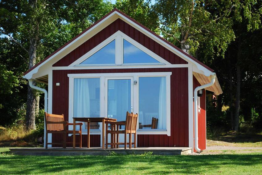 Drewniany domek modułowy letniskowy z dużym oknem, a także najlepsze domki oraz porady dla właścicieli