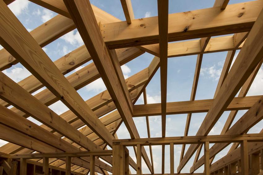 Budowa domu szkieletowego zaczyna się od wzniesienia drewnianej konstrukcji, na której można oprzeć ściany i dach.