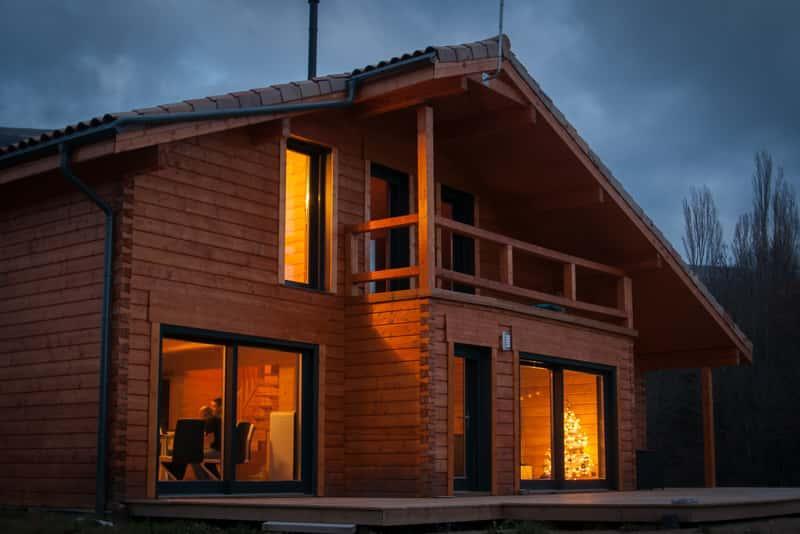 Drewniany dom szkieletowy w góralskim stylu, a także ceny domów szkieletowych i ile kosztuje budowa domu szkieletowego z drewna