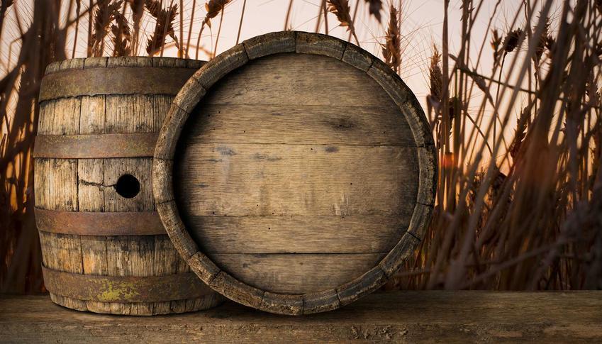 Wędzarnia z beczki drewnianej to świetne rozwiązanie, które dobrze sprawdza się w bardzo wielu sytuacjach. Nie wymaga żadnych prac murarskich, a można cieszyc się smakiem świetnie uwędzonych potraw.
