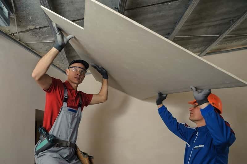 Montaż sufitu podwieszanego z płyt karton-gipsowych przez dwóch robotników, a także jak wykonać sufit podwieszany