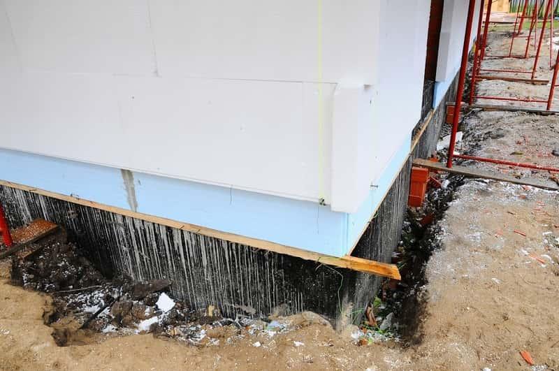 Izolacja fundamentów pozioma i poprzeczna to świetny sposób, by zabezpieczyć dom przed nasiąkaniem wody.