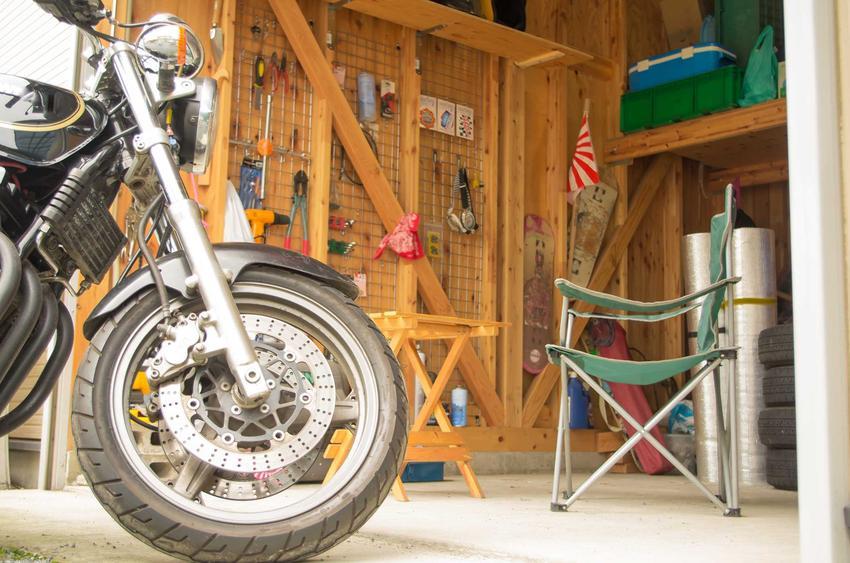 Garaż drewniany to świetne rozwiązanie. Ładnie się prezentuje i jest bardzo praktycznych. Projekty na jeden lub dwa samochód mogą być maksymalnie funkcjonalne.