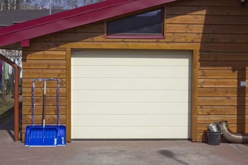 Garaż drewniany z dużą bramą metalową,a także porady w czasie zakupu lub budowy, projekty, ceny, sposób przygotowania