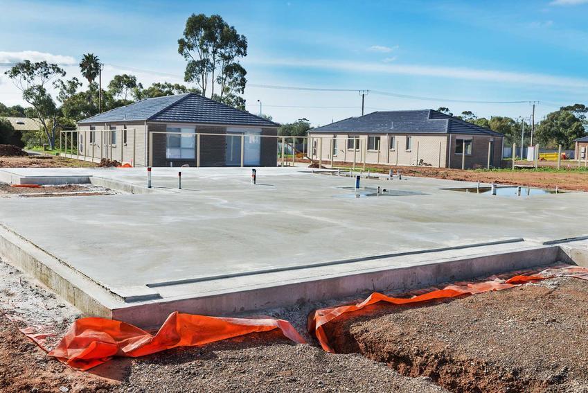 Fundamenty domu na płycie fundamentowej, czyli jak wykonać fundamenty domu krok po kroku, wylewanie i przygotowanie fundamentów
