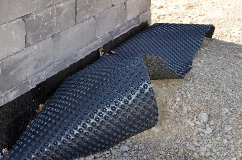 Folia kubełkowa użyta do izolacji budynku przed wilgocią, a także cena folii, zastosowanie, wykorzystanie, wady i zalety