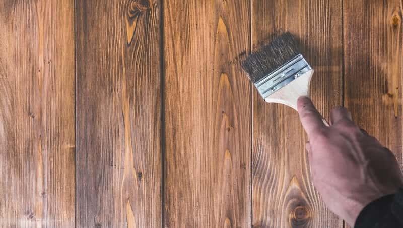 Drewno pokrywane olejem za pomocą małego pędzelka, a także producenci, rodzaje olejów i który olej do drewna kupić
