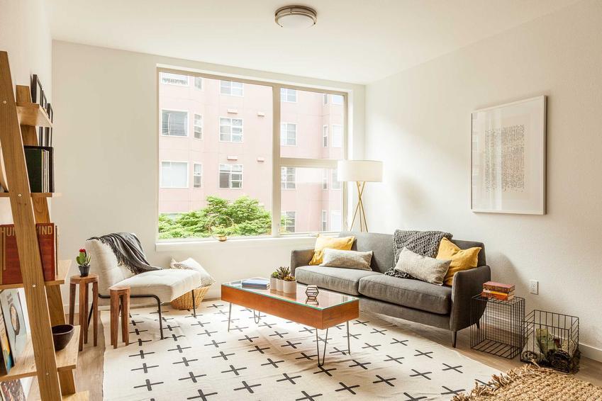 Zaaranżowane wnętrze małego pokoju dziennego, a także podpowiedzi, jak urządzić mały pokój, by był estetyczny i praktyczny