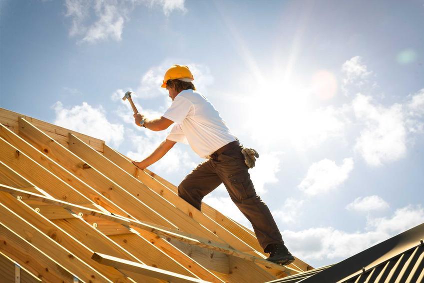 Więźba dachowa dachu jednospadowego ustala wysokość i kąt nachylenia dachu. Krokwiowa konstrukcja dachu świetnie się sprawdza w tym wypadku.